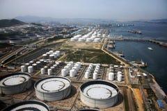 De haven en de energieopslag van de benzine door overzees Stock Foto