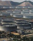 De haven en de energieopslag van de benzine door overzees Stock Foto's