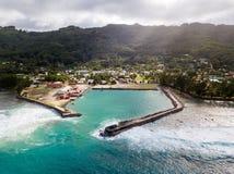 De haven en het dorp van Moerai, Rurutu-eiland, de Zuidelijke eilanden van eilandentubuai, Franse Polynesia royalty-vrije stock afbeelding