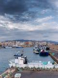 De haven en de mening van het mooie Mediterrane dorp van L ` Ametlla DE Mar royalty-vrije stock fotografie