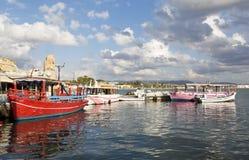 De haven van Acre met kleurrijk toeristenschip royalty-vrije stock foto's