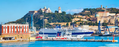 De haven van Ancona met schepen stock afbeeldingen