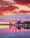 De haven van Bergen met boten tegen kleurrijke zonsondergang in Noorwegen, Unesco-de Plaats van de Werelderfenis Royalty-vrije Stock Afbeelding