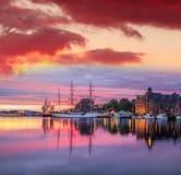 De haven van Bergen met boten tegen kleurrijke zonsondergang in Noorwegen, Unesco-de Plaats van de Werelderfenis Royalty-vrije Stock Fotografie