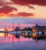 De haven van Bergen met boten tegen kleurrijke zonsondergang in Noorwegen, Unesco-de Plaats van de Werelderfenis Stock Foto