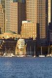 De Haven van Boston en de horizon van Boston bij zonsopgang zoals die van Zuid-Boston, Massachusetts, New England wordt gezien Stock Afbeelding