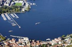 De haven van Como-stad, van Brunate-dorp wordt gezien dat stock fotografie