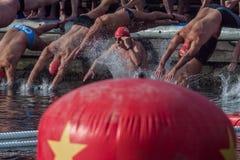 De HAVEN van de KERSTMISdag ZWEMT 2015, BARCELONA, Haven Vell - 25 December: de zwemmers beginnen de race Stock Afbeeldingen