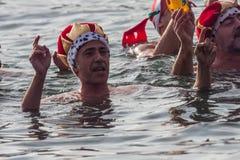 De HAVEN van de KERSTMISdag ZWEMT 2015, BARCELONA, Haven Vell - 25 December: De zwemmers in Carnaval-kostuums begroeten het publi Royalty-vrije Stock Foto's