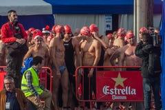 De HAVEN van de KERSTMISdag ZWEMT 2015, BARCELONA, Haven Vell - 25 December: De zwemmers in Santa Claus-hoeden troffen voor wedst Stock Afbeelding