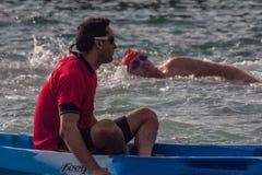 De HAVEN van de KERSTMISdag ZWEMT 2015, BARCELONA, Haven Vell - 25 December: Lifesavers voor concurrenten wordt gelet op die Stock Fotografie