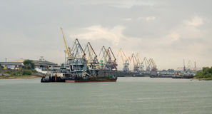 De haven van de lading in Omsk, de rivier Irtysh Royalty-vrije Stock Afbeelding