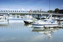 De haven van de stad met jachten royalty-vrije stock afbeelding
