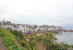 De haven van Douarnenez die sinds de sleep Plomarc& x27 wordt gezien; h & x28; Brittany Finist? re France& x29; Royalty-vrije Stock Afbeeldingen