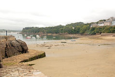 De haven van Douarnenez, strand at low tide, een dag van slecht weer & x28; Bretagne, Finistere, France& x29; Stock Afbeelding
