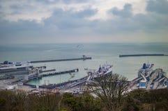 De haven van Dover met vuurtorens en containers royalty-vrije stock afbeelding