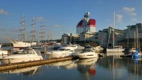 De Haven van Gothenburg met skycraper op de achtergrond stock footage