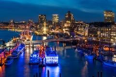 De haven van Hamburg bij nacht van hierboven stock afbeelding