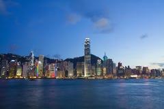 De haven van Hongkong bij schemer Royalty-vrije Stock Fotografie