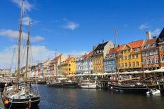 De haven van Kopenhagen Nyhavn onder blauwe hemel en witte wolken stock foto's