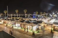 De haven van Malaga bij nacht met markten en winkels stock afbeelding