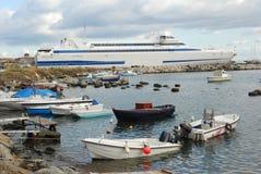 De haven van Milazzo met veerboot aan Lipari Eilanden Italië stock foto's