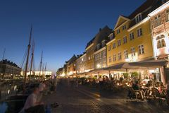 De haven van Nyhavn en restaurants, Copehagen stock afbeeldingen