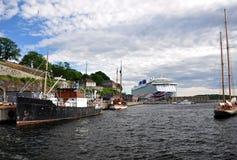 De haven van Oslo met cruiseschip en fort Akershus stock afbeelding