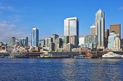 De haven van Seattle met Reuzenrad stock fotografie