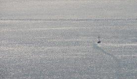 De haven van vissersbootbladeren stock foto