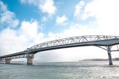 De Havenbrug van Auckland tegen blauwe hemel in Auckland, Nieuw Zeeland stock foto