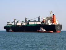 De Havenmanoeuvres van het bulkladingschip royalty-vrije stock foto's