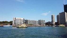 De havenveerboot die van Sydney in cirkelkade, Australië varen stock footage