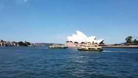 De havenveerboten die van Sydney voorbij het Operahuis varen, Australië stock video
