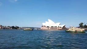 De havenveerboten die van Sydney voorbij het Operahuis varen, Australië stock videobeelden