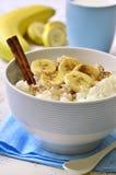 De havermoutpap van de melkrijst met banaan, kaneel en honing Royalty-vrije Stock Fotografie