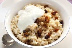 De Havermoutpap van de Ongepelde rijst met Sultanarozijnen Stock Foto's
