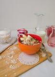 De havermoutpap van het ontbijthavermeel met bananen, zaden en noten stock afbeeldingen