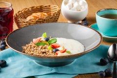 De havermoutpap van de melkrijst voor jonge geitjes gezond ontbijt in koffie stock foto