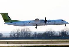 De Havilland airBaltic de aterrissagem Canadá DHC-8-402Q precipita 8 aviões Imagem de Stock Royalty Free