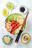 De Hawaiiaanse kom van de watermeloenpor met avocado, komkommer, mung taugé en ingelegde gember Hoogste mening, lucht Stock Foto's