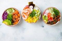 De Hawaiiaanse zalm, de tonijn en de garnalen porren kommen met zeewier, avocado, mango, ingelegde gember, sesamzaden royalty-vrije stock afbeelding