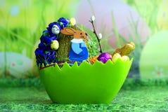 De hazen, de eieren en het gras van Pasen Stock Foto