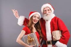 De heer en Mevr Claus Congratulates With Merry Christmass en Gelukkig Nieuwjaar royalty-vrije stock foto's