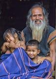 De heer Gelukkige Taynguyen en zijn kleinkinderen Stock Afbeelding