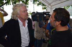 De heer Richard Branson spreekt tegen haai het zuiveren Royalty-vrije Stock Afbeelding