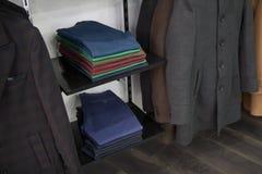De heer van de opslagfoto, elegante het pakhuisstijl van de mensenmanier, veel broek, planken van kleren stock foto's