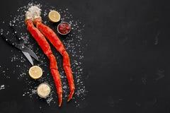 De heerlijke benen van de koningskrab met het eten van hulpmiddelen hoogste mening royalty-vrije stock foto