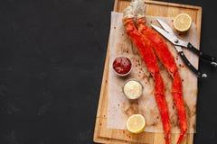 De heerlijke benen van de koningskrab met het eten van hulpmiddelen hoogste mening stock foto's