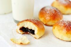 De heerlijke broodjes van de kruisbesjam met melk royalty-vrije stock fotografie